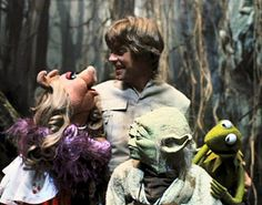 Star Wars meets the Muppets. Mark Hamill and Yoda with Kermit and Miss Piggy. Ewok, Chewbacca, Pulp Fiction, Science Fiction, Mark Hamill, Kermit And Miss Piggy, Kermit The Frog, Peter Mayhew, Maggie Smith