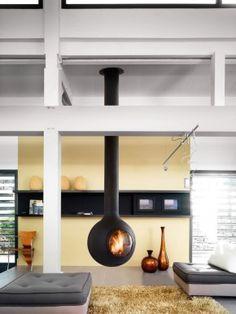 Een gesloten draaibare hanghaard. Deze hanghaard is draaibaar zodat je het vuur altijd op de gewenste plek kunt aanschouwen. Of het nu vanuit de keuken of vanuit de woonkamer is, draai de haard de juiste kant op en je kunt genieten van de vlammen achter de ruit. Focus