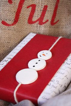 Lumiukkokoriste joulupaketissa Kaikki Paketissa