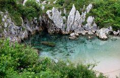 A praia de Gulpiyuri é uma pequena praia que fica no meio de um pasto na Espanha. Aparentemente não há mar, lago ou oceano nas proximidades.