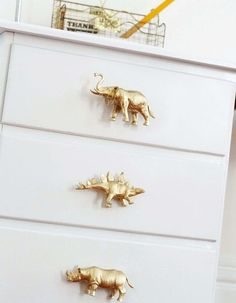 Viele Ideen, wie Kinder Plastiktiere, Dinosaurier usw - You are in the right place about Dinosaur template Here we offer you the most beautiful pictures Baby Boy Nursery Room Ideas, Boy Room, Pretty Kids, Ideas Hogar, Kids Bedroom Furniture, Furniture Logo, Furniture Movers, Kids Room Art, Plastic Animals