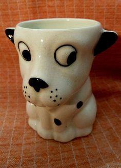 Ce vieux et rare coquetier en faïence: céramique en forme de chien  coquin