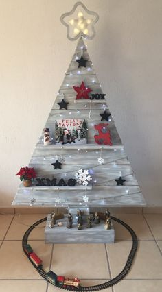 Pallet trees are super easy DIY Christmas decorations that you can make for almost nothing So if you need some inexpensive rustic Holiday decor ideas try these christmas tree ideas Inexpensive Rustic Christmas Decorations – Pallet Christmas Trees Unicorn Christmas, Pallet Christmas Tree, Christmas Wood Crafts, Diy Christmas Decorations Easy, Christmas Tree Design, Farmhouse Christmas Decor, Christmas Tree Themes, Rustic Christmas, Christmas Projects