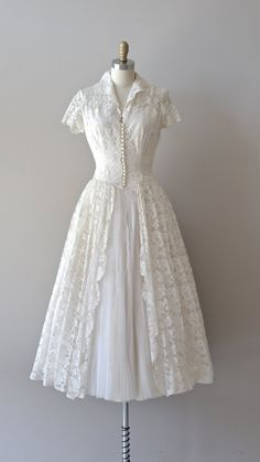 Vintage Dresses lace vintage wedding dress / wedding dress / First Waltz wedding dress. How I do love pretty, simply elegant, modest wedding dresses, though this one would serve other special occasions, as well. Vintage Outfits, Vintage 1950s Dresses, 50s Vintage, Vintage Ideas, Wedding Robe, Wedding Gowns, 50s Wedding, Tulle Wedding, 1950 Wedding Dress