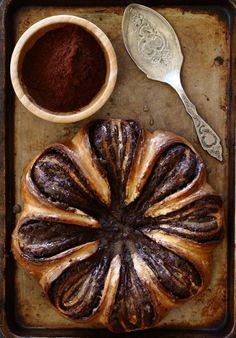 מתכון והסבר מפורט ומצולם צעד אחר צעד להכנת מאפה שוקולד שמרים יפהפה בצורת פרח. מתקבלת עוגת שמרים מרהיבה ומיוחדת וטעימה ביותר. Pastry Recipes, Cake Recipes, Dessert Recipes, Cooking Recipes, Chocolate Brioche, Coffee Bread, Sweet Buns, Israeli Food, Cake Shapes