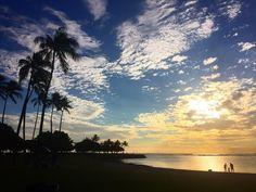 「今日のアラモアナ ビーチパーク 雲と青空とヤシの木と夕日が反射してる海 全てが絵になってる!私の今日の締めくくりはこんな素敵な所です!感謝です!」