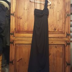 🎉Weekend Sale🎉 Bridesmaid/Formal Black Dress Worn one time as a Bridesmaid dress. Would work for multiple events! Great condition! Pet and smoke free home. Fiesta Dresses One Shoulder