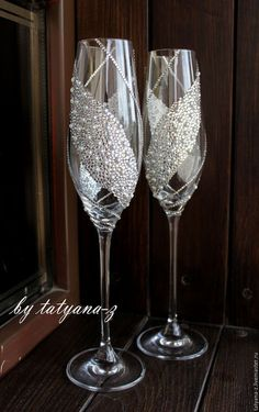 41 ideas party wine glasses champagne flutes for 2019 Diy Wine Glasses, Glitter Glasses, Decorated Wine Glasses, Painted Wine Glasses, Wedding Wine Glasses, Champagne Glasses, Wedding Champagne Flutes, Wine Glass Crafts, Bottle Crafts
