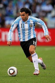 Este jugador es Carlos Tevez. Éste en el Equipo Nacional de Argentina. Es importante seguir una dieta balanceada para los partidos.
