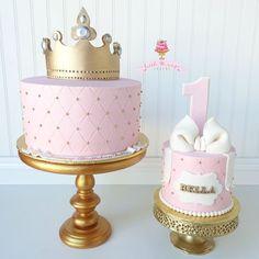 Pretty princess birthday cake with smash cake - 1 Geburtstag - 1st Birthday Party For Girls, 1st Birthday Princess, 1st Birthday Decorations, Baby Birthday Cakes, Gold Birthday Cake, Princess Smash Cakes, Smash Cake Girl, Girl Cakes, Starbucks Birthday