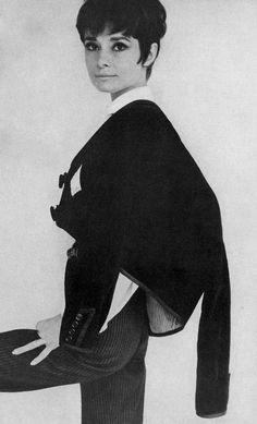 """La actriz Audrey Hepburn fotografiada por su amigo querido Henry Clarke (en París, en junio) para la revista Vogue América, edición del 15 de agosto de 1965. -Audrey llevaba un """"traje corto"""" (en el mejor estilo """"torero"""") creado en exclusiva para ella por Givenchy (de """"La Feria de Sevilla"""", en español: """"Feria de abril de Sevilla"""", el desfile anual que se celebra en Sevilla, en abril de 1965). Nota: El peinado de Audrey (llamado """"Coupe Infante '66"""") fue creado y realizado por Alexandre de…"""