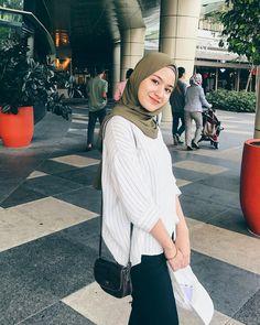 ในภาพอาจจะมี 2 คน, ผู้คนกำลังยืน และสถานที่กลางแจ้ง Modern Hijab Fashion, Street Hijab Fashion, Hijab Fashion Inspiration, Muslim Fashion, Modest Fashion, Fashion Outfits, Fashion Hub, Fashion Tips, Modest Dresses