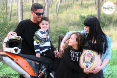 Body painting para embarazadas con bariga pintada con dibujo de casco de moto de La que pinta en Barcelona