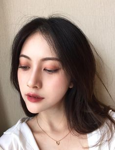Korean makeup ideas: The components in styling products usually cause increase of hair oil. You might also check into buying conditioners or shampoos and other products intended for oily hair. Korean Makeup Look, Korean Makeup Tips, Korean Makeup Tutorials, Asian Makeup, Korean Beauty, Hd Make Up, Make Up Looks, Simple Eye Makeup, Natural Makeup