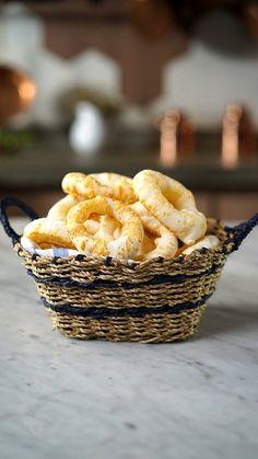 O clássico biscoito de polvilho fica ainda mais gostoso com parmesão!