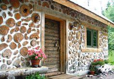 Дачный домик, построенный из дров и глины