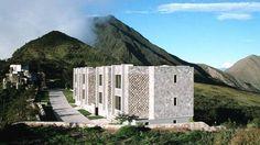 Se llama Cráter Hotel –como no podía ser de otra forma– y está a 20 kilómetros de Quito, la capital de Ecuador. El volcán que lo acoge, el Pululahua, lleva sin despertarse más de 2.500 años, pero seguro que cuando te metas en la cama no podrás dejar de pensar que la naturaleza es impredecible y quizá esa noche le dé por desperezarse... Si lo hace, lo hará rodeado de lujo. Este hotel permite disfrutar de todas las comodidades.