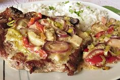 Recept : Vepřová krkovice se zeleninou a houbami | ReceptyOnLine.cz - kuchařka, recepty a inspirace. Zprudka na pánvi opečené plátky krkovice, servírované s okořeněnou, bílým vínem podlitou a pak podušenou zeleninou a houbami. Hawaiian Pizza, Vegetable Pizza, Vegetables, Kitchen, Food, Pastry Recipe, Best Pasta Recipes, Baked Potatoes, Essen