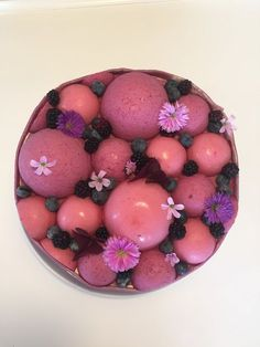 Lagkage med blåbærmousse og brombærmousse. Sæsonens bær i en elegant lagkage med hvid chokolademousse. Find opskriften her.