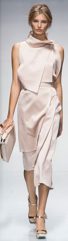Ferré at Milan Fashion Week Spring 2014 Milan Spring 2014 - Gianfranco FerréMilan Spring 2014 - Gianfranco Ferré Fashion Details, Look Fashion, High Fashion, Fashion Show, Fashion Week, Runway Fashion, Womens Fashion, Milan Fashion, Fashion Spring