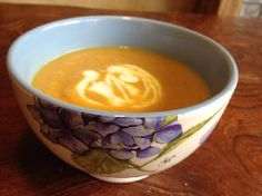 Lekker als lunch: Koolraapsoep. Met ui, gember, appels... Soup Recipes, Healthy Recipes, Vegetarian Soup, Food Inspiration, Paleo, Pudding, Tableware, Desserts, Soups