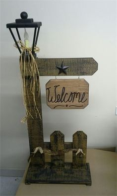 Lamppost Welcome Gate Pallet Crafts, Pallet Art, Wooden Crafts, Diy Crafts, Barn Wood Projects, Diy Projects, Rustic Decor, Farmhouse Decor, Country Crafts