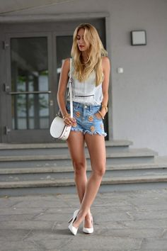 Terrific legs in sexy cutoffs Sexy Legs And Heels, Dress And Heels, White Heels, Hot Outfits, Casual Outfits, Classy Women, Sexy Women, Rock And Roll Fashion, Sexy Shorts