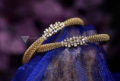 Plain Gold Bangles, Gold Bangles Design, Jewelry Design Earrings, Gold Earrings Designs, Jewellery, Gold Necklace Simple, Gold Jewelry Simple, Gold Kangan, Bangle Bracelet