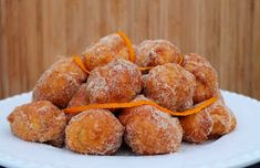 Learn how to make these delicious Portuguese fried orange dreams (sonhos de laranja). Donut Recipes, Tart Recipes, Cupcake Recipes, Cookie Recipes, Dessert Recipes, Gourmet Desserts, Plated Desserts, Portuguese Desserts, Portuguese Recipes