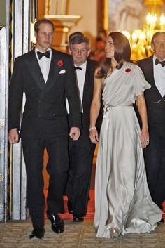 """November 2011: An einem Dinner zu Ehren des """"National Memorial Arboretum Appeal"""" im St. Jame's Palace in London nahm die Herzogin von Cambridge in einem bodenlangen Kleid von Jenny Packham teil"""