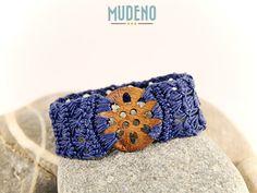 Häkelschmuck, cochet jewelry, gehäkeltes Armband / Armschmuck jeans-blau mit Knopf aus Holz...