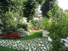 immagine progetto piccolo giardino con fioriture stagionali