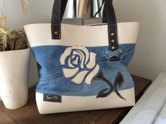sac le Rose en jean et simili : Sacs à main par sur-fil Denim Tote Bags, Diy Tote Bag, Denim Handbags, Diy Bags, Reusable Tote Bags, Diy Sac En Jean, Vieux Jeans, Handmade Purses, Handmade Handbags