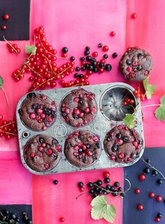 Rezept: Johannisbeer-Schoko-Muffins.  Rote und schwarze Johannisbeeren in einem saftigen Muffin-Teig.