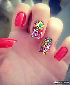 Цветочный рисунок на двух ногтях