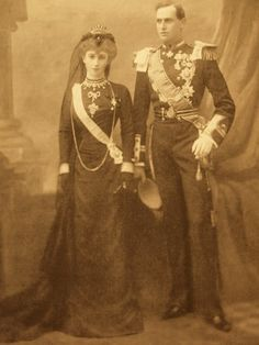 Royal in Mourning spam Prince Carl of Denmark, later King Haakon VII of Norway and Princess Maud, later Queen Maud, in mourning for Queen Victoria, Maud was a granddaughter of Queen Victoria. Queen Victoria Family, Victoria And Albert, Royal Tiaras, Royal Jewels, Maud Of Wales, Kings & Queens, Norwegian Royalty, Funeral Attire, Danish Royalty