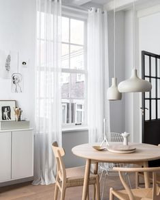 5 stylingtips om een donkere kamer lichter te laten lijken   vtwonen Living Room Green, Garden Styles, Home Improvement, Dining Room, Home And Garden, Curtains, Wood, Table, Furniture