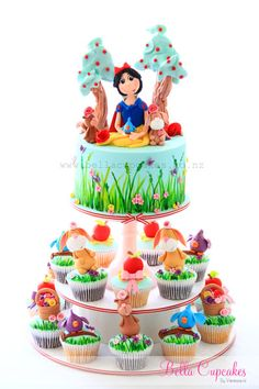 Snow White & her forest friends cake ans cupcakes ~ too cute! Snow White Cupcakes, Snow White Cake, White Birthday Cakes, Snow White Birthday, Pretty Cakes, Cute Cakes, Dora Cake, Cake Tower, Friends Cake