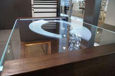 MODERNÍ SKLENĚNÝ STOLEK TB-06 | SZKLO-LUX Jaroslaw Fronczak | Processing and wholesale of glass - Deska je vyrobena z bezpečnostního skla VSG 8.8.2 Diamant (optiwhite), síla 16 mm, fazetované hrany, ve skle je umístěná rytina. Nohy byly vyrobeny z MDF desky s přírodní dýhou. Gravure Laser, Glass Furniture, Modern Glass, Glass Table, Tables, Design, Home Decor, Luxury, Mesas