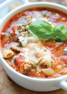 Ingredientes: 500 g de salchichas Toscana, 250g de macarrones codo, 3 dientes de ajo, 1 cebolla, 5 gramos de chile, 100 ml de caldo de pollo, 1 lata de tomates pelados italianos, 30g de pasta de to...