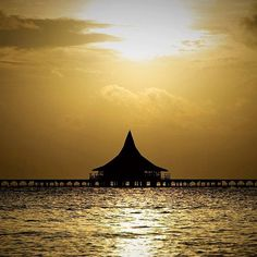 There's nothing like a sunset in the #Maldives. (Anantara Veli Resort)
