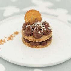 Tartelette au chocolat et caramel au beurre salé – Ingrédients :62 g de sucre ,150 g de beurre ,225 g de farine ,1 jaune d'œuf ,38 g de sucre glace,...