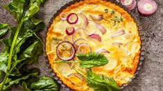 Žádná mouka, vejce ani další přísady. Základ koláče je jednoduše připravený z polenty, pak už jen stačí přidat oblíbené přísady a za chvilku máte na stole voňavou večeři pro celou rodinu. Vegetable Recipes, Vegetable Pizza, Savoury Baking, Polenta, Quiche, Brunch, Snacks, Vegetables, Cooking
