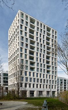 Max Dudler's new high-rise in Munich sets the tone as a characteristic landmark of stone and glass. Concrete Facade, Stone Facade, Concrete Stone, Residential Architecture, Modern Architecture, Mix Use Building, Social Housing, Brick, Urban