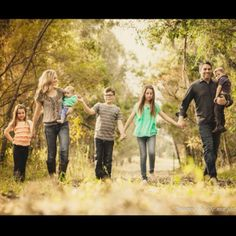 Family photo ideas | Photography--holding hands