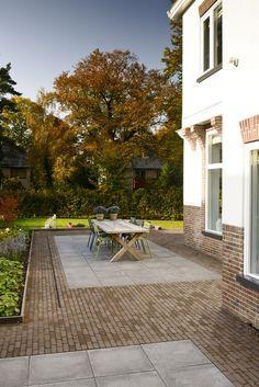 Mooie combinatie van Bylandt gebakken klinkers en betontegels in een klassieke tuin: