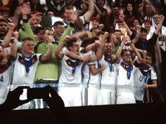 """Trotz des klaren Ziels """"Weltmeister werden"""" sind die Jungs immer auf dem Teppich geblieben, jetzt haben wir den Pokal. Was können Führungskräfte von unseren Weltmeistern lernen?  www.markus-jotzo.com/blog"""