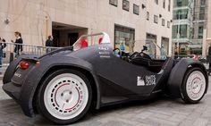 Capaz de atingir 60 km/h com uma autonomia de bateria de 3,5 horas, o Strati tem o chassi feito com tecnologia de impressão 3D, e outras peças como motor elétrico, suspensão e caixa de câmbio, herdadas do Twizy, compacto híbrido da Renault. Ele deve ser comecializado já em 2015 - saiba mais no TechTudo, por Gabriel Ribeiro.