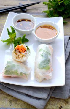 spring rolls with garlic ginger and peanut sauces Raw Food Recipes, Veggie Recipes, Asian Recipes, Vegetarian Recipes, Cooking Recipes, Healthy Recipes, Yummy Veggie, Yummy Food, Plat Vegan