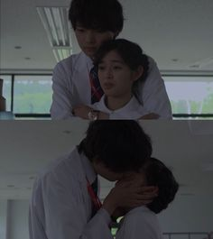 """Naoki la abraza por la espalda: """"Yo también estaba asustado"""". Kotoko: """"Pero te veías tan confiado"""". Naoki: """"Lo hice por tu bien. Tu mente quedo en blanco, ¿verdad?. Era mi primera emergencia"""". Kotoko: """"Estoy sorprendida de que tú también te asustases""""- ella se gira, quedando frente a frente- """"Que alegría que el paciente lo superase. Me alegra que te convirtieras en medico"""". Naoki la besa - Itazura na Kiss Love in Tokyo 2, Episodio 14"""